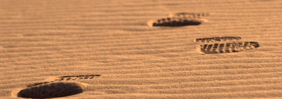 voetstappen in woestijn in Marokko